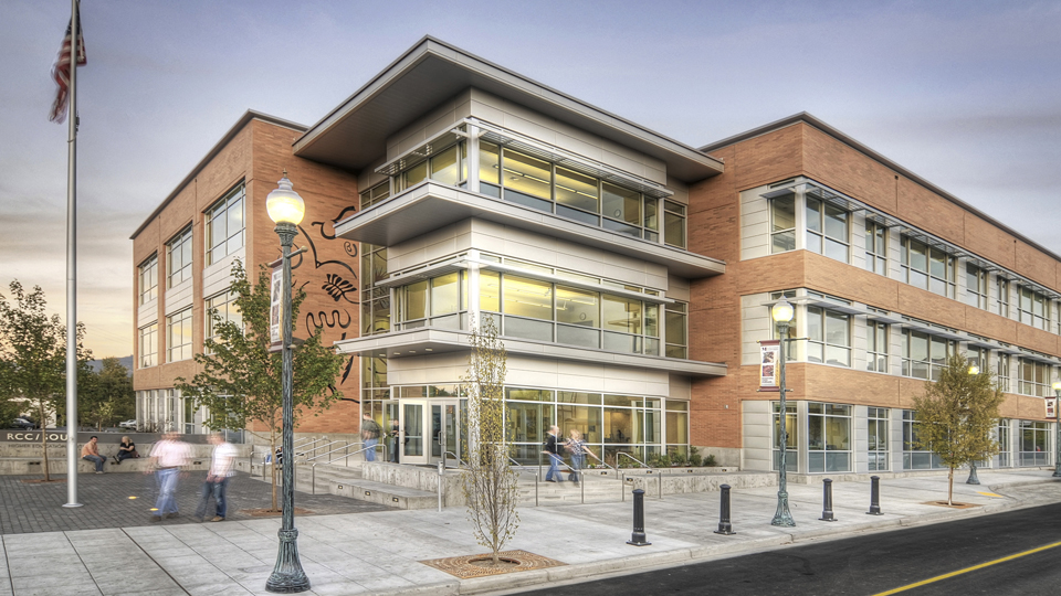 A photo of the Rogue Community College and Southern Oregon University Higher Education Center Building located in Medford, Oregon